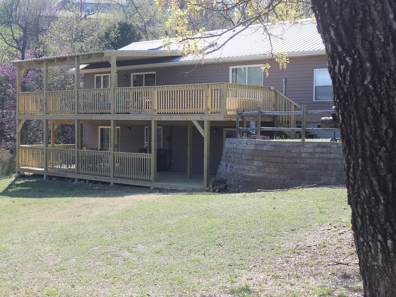 Branson area Lakehouse, 5 Bedrooms, 3 Baths, (Sleeps 9-15) New decks Spring 2019, holiday rental in Kimberling City
