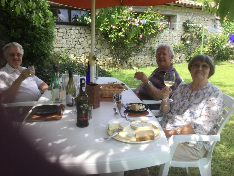 Get Away From it All. Comfortable well equipped  house, pretty spacious garden, holiday rental in Villefranche-de-Lonchat