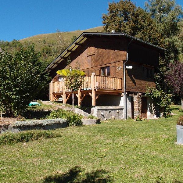 wooden chalet completely renovated in 2016, 9 pers. Ideal location Winter summer, alquiler de vacaciones en Billiere