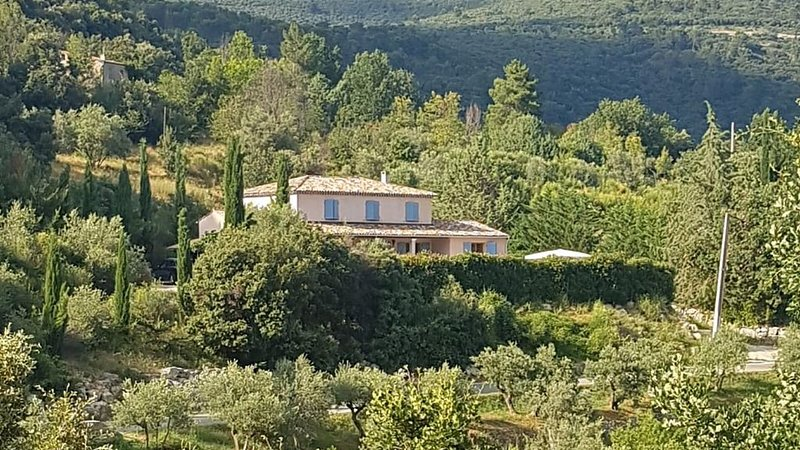 Comfortable Villa With Private Pool, Stunning Views and Excellent Guests Reviews, aluguéis de temporada em Chateaudouble