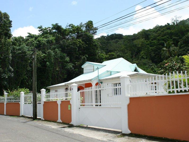 Villa familiale avec jardin créole, rivière et forêt tropicale à Pointe Noire, casa vacanza a Pointe-Noire
