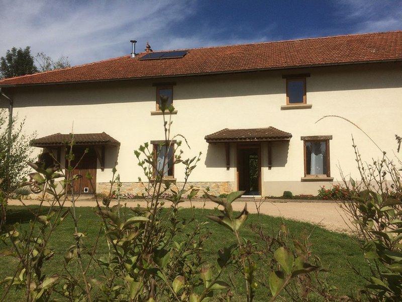 Gite au calme, dans ancienne ferme rénovée avec piscine, 15 min Bourg-en-Bresse, vacation rental in Peronnas