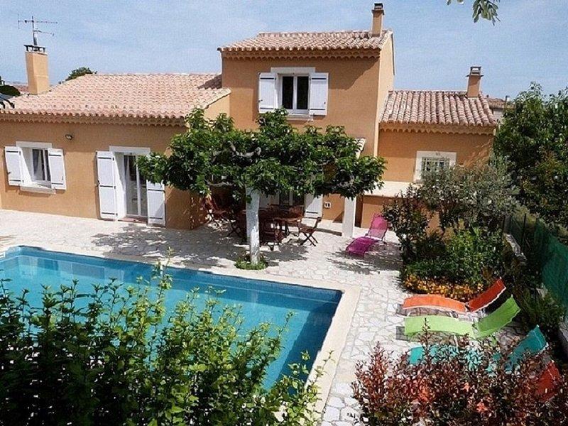 Maison Provençale Avec Piscine Vaucluse,avec Bonne Prestations, holiday rental in Saint-Didier
