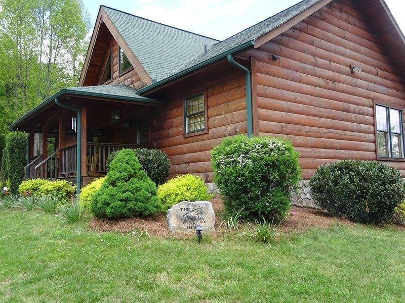 The B's Hive, 3 BR+Loft, 3-1/2 BA, Pool Table, Views, vacation rental in Moravian Falls