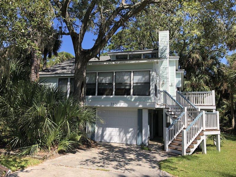 NEW LISTING -- Charming 3 bedroom home on quiet street close to beach access, aluguéis de temporada em Fripp Island