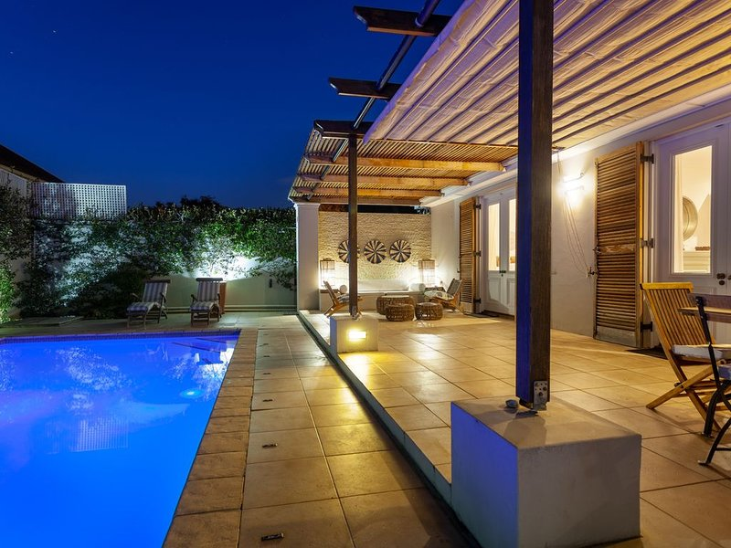 Stylish,comfortable,perfectly located house with heated pool and mountain views., holiday rental in Bishopscourt