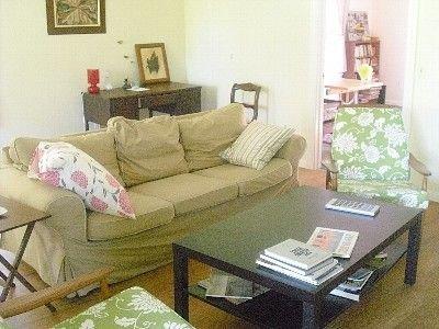 Cómoda sala de estar con TV de pantalla plana.