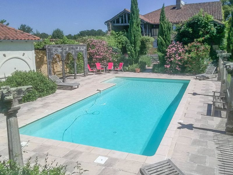 A spacious and beautifully restored rural farmhouse with private pool, vakantiewoning in Monguilhem