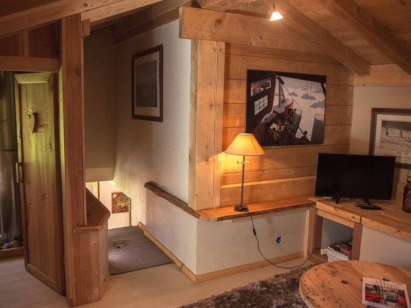 CHALET  AUTHENTIQUE FACE MONT-BLANC DUPLEX 50 M2  4 PERS   + 30h entre séjours, holiday rental in Chamonix