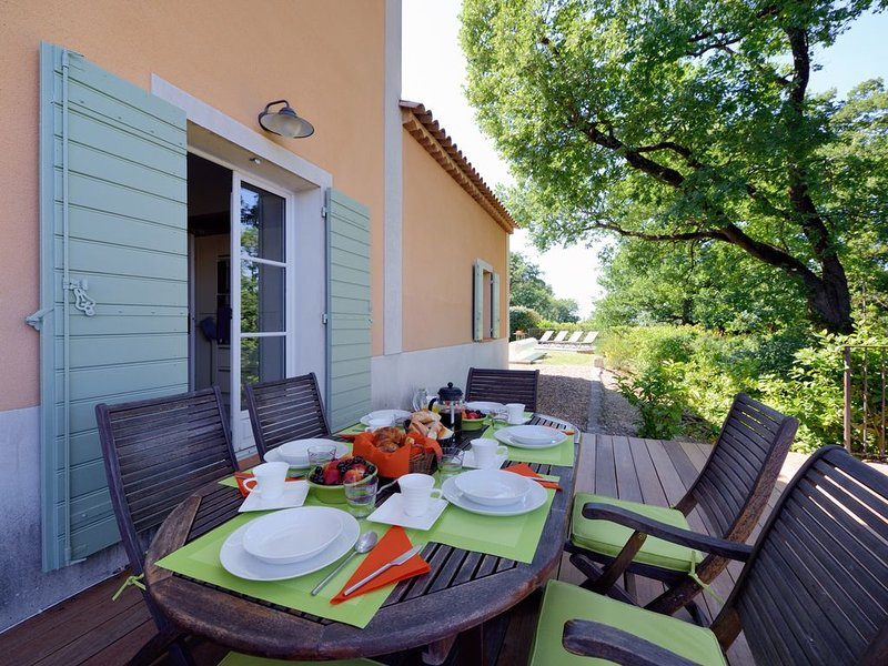 Stylish well appointed bastide in quiet corner of St Remy de Provence, Ferienwohnung in St-Rémy-de-Provence
