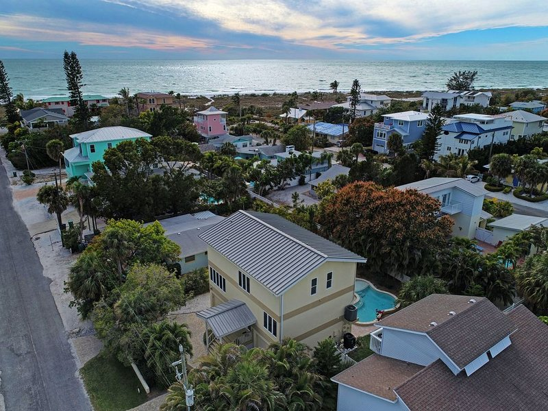 Hear The Surf/Feel The Breeze... Steps To The Gulf Beach From This 4 Bd/4Ba, vacation rental in Anna Maria