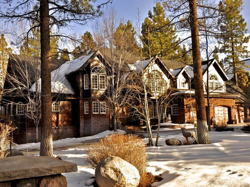 Luxurious 4,000 Sq Ft Estate. Ideal for Vacations, alquiler de vacaciones en Big Bear City