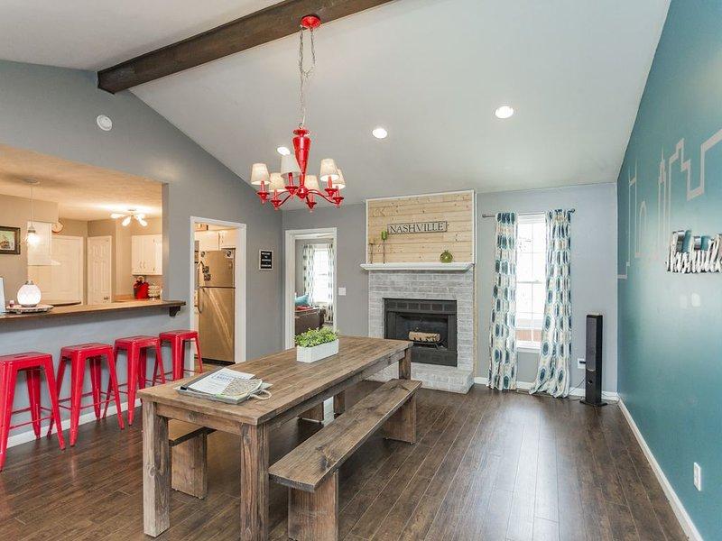 Renovated 3BR/2BA, 9 beds, Firepit, Bar & Hot Tub!, vacation rental in Nashville