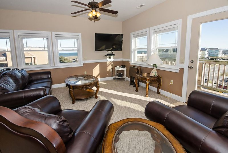 Stunning Semi-oceanfront penthouse condo - ocean views, pool, & easy beach acces, holiday rental in Kill Devil Hills