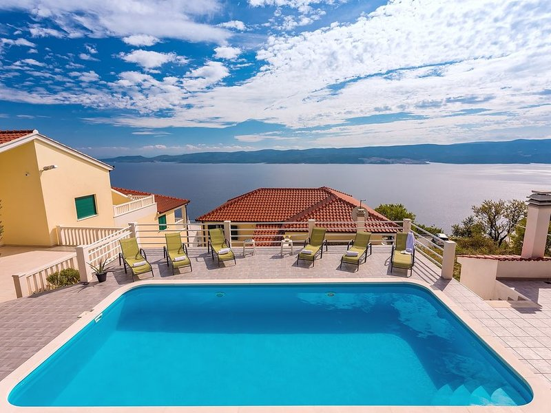 VILLA MASLINA, with private 32m2Pool, panoramic views on 100km coastline, 12 pax, alquiler de vacaciones en Lokva Rogoznica