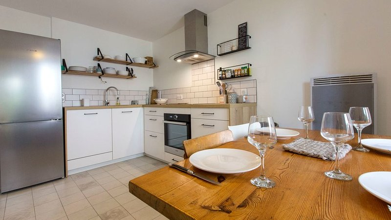 Charming village house, 350m from Lake Annecy, holiday rental in Echarvines