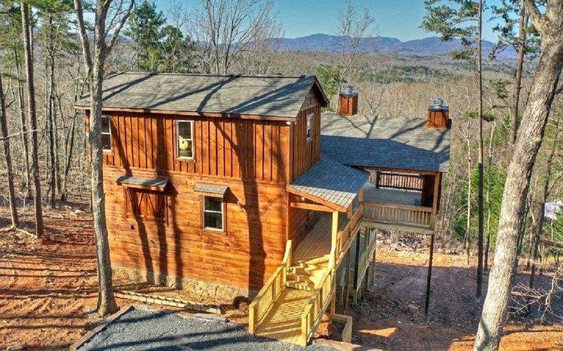 NEW Cabin w/ Long Range Views / Hot Tub / Dog Friendly / Paved Access / EV Plug, holiday rental in Morganton