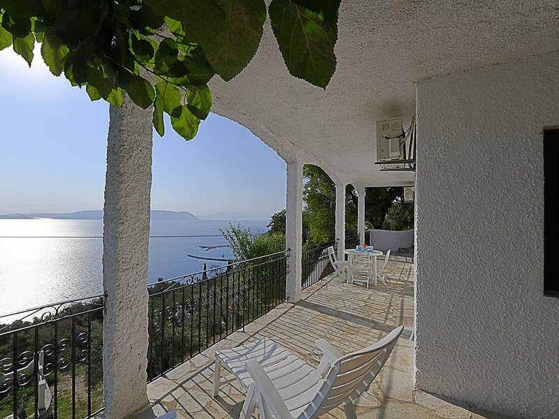 ERIKA. Access to the sea from the private park. Privileged view of the Egean., casa vacanza a Loutraki