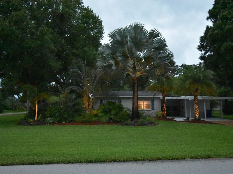 Comfy, cozy, relaxing  3 bed, 2 bath vacation home not far from the beach!!!, location de vacances à Vero Beach