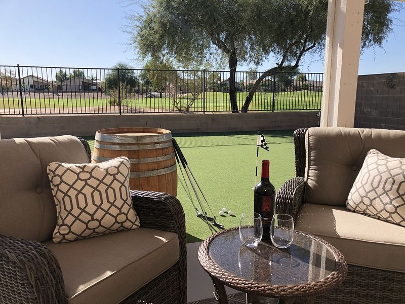 Gorgeous 4 Bedroom Desert Home With Heated Pool/Spa Access at Johnson Ranch, location de vacances à San Tan Valley