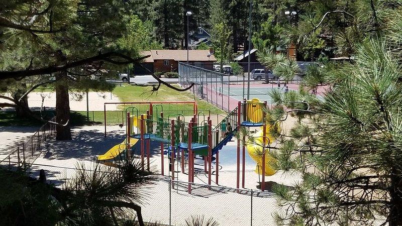 ¡El patio trasero bordea el parque! Tenis, voleibol, baloncesto y béisbol.
