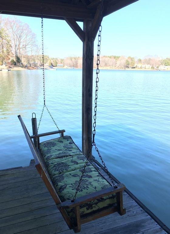Balançoire sur le quai - un endroit idéal pour lire un livre ou regarder les nageurs