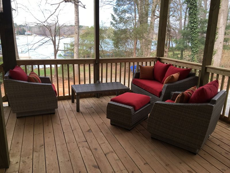 Relaxing Lake Retreat With Canoe, Kayaks, Paddle Board And Sailboat, holiday rental in Sherrills Ford
