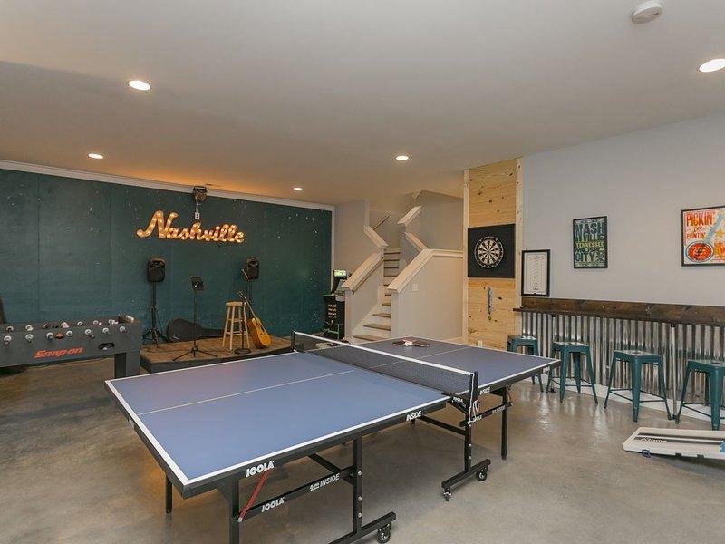 New 4BD/3BA-Stage, Gym, HotTub, Game Room, 9 Beds!, vacation rental in Nashville