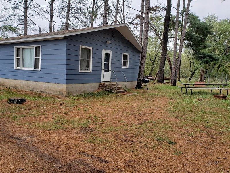 Private Cabin nestled in pines and a short walk to Wisconsin River on 72 acres, casa vacanza a Mauston
