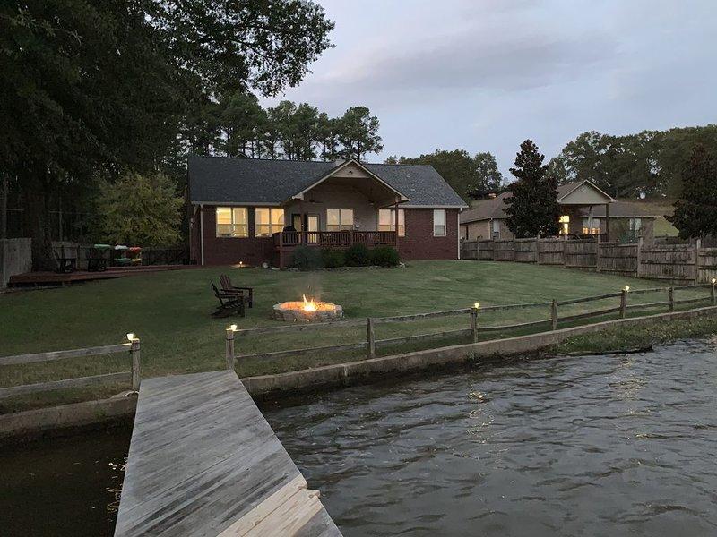 Enjoy a Multi-Family Vacation at Joyful Retreat on Lake Hamilton, holiday rental in Pearcy