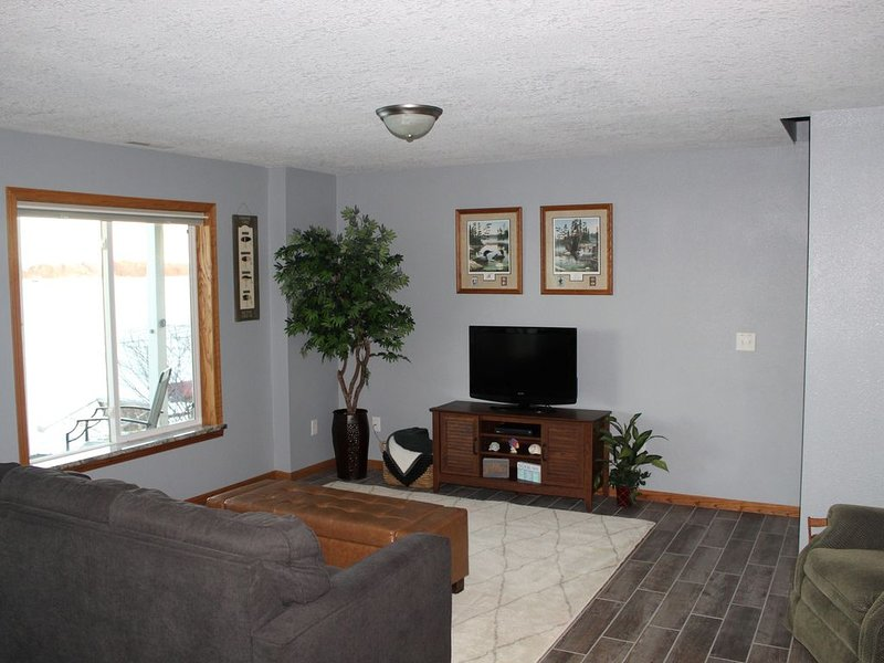 Lake front unit, Sleeps 6, great for families, crafting or fishing - lower level, vacation rental in Mankato
