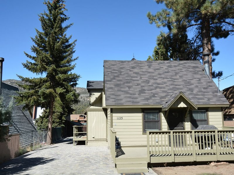 The Flying Bear Manor Big Bear Lake with boat parking, vacation rental in Big Bear City