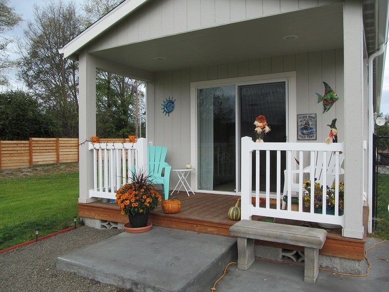 QUIET, SPOTLESS, BEAUTIFUL GROUNDS, BIRDS, WALK TO RAILROAD BRIDGE PARK, vacation rental in Sequim