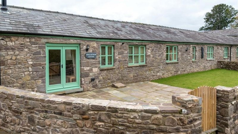Apple Blossom - Two Bedroom House, Sleeps 4, holiday rental in Gilwern