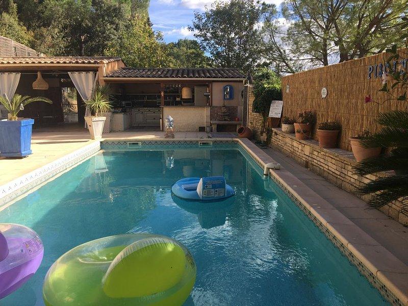 Superbe villa avec piscine sans vis à vis blotie au milieu des pins, holiday rental in Saint-Christol