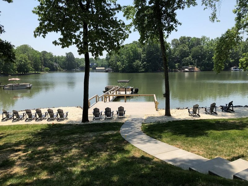 Private Beach + Boat! Elegant Spacious 6BR/6ba Lakefront House 20 Mins from CLT – semesterbostad i Rock Hill