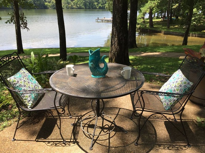 Quiet, Charming Lake Front Home, holiday rental in Hot Springs