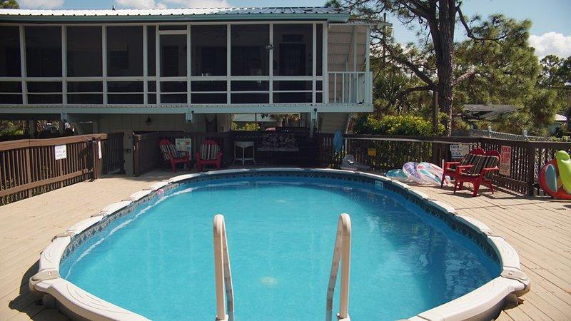 Private pool, boat dock & screened porches - 1.5 blocks to public beach access., alquiler vacacional en Panacea