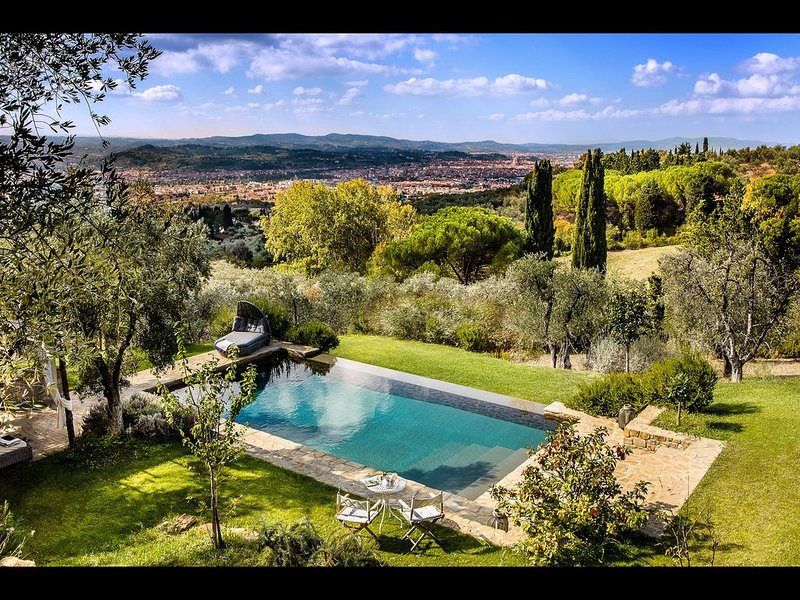 FABULOUS 4BD VILLA WITH MAGNIFICENT POOL & VIEWS, MINUTES TO DOWNTOWN FLORENCE!, casa vacanza a Compiobbi