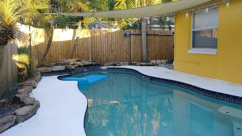 The Yellow House - 3 Bdr / 2 Bth House w/Pool, holiday rental in Northdale