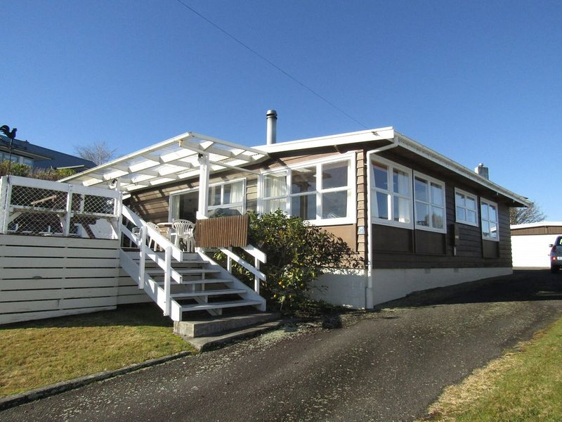 Chad Street - A real Kiwi Bach, large enough for the whole family and walking di, holiday rental in Taupo