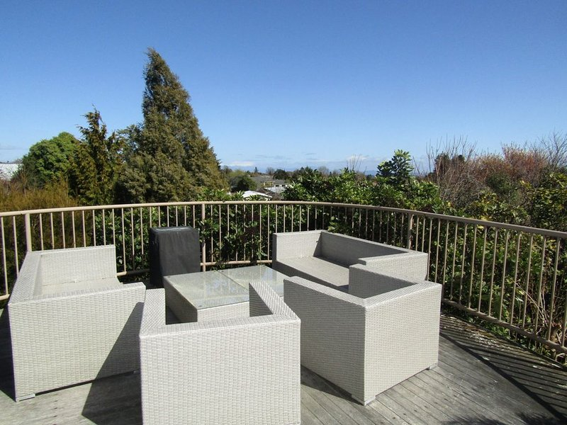Ingle Avenue Class - Spacious executive home with outstanding views, holiday rental in Taupo