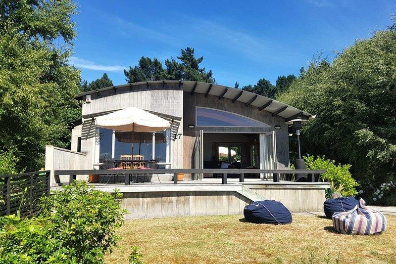 Acacia Te Urunga Wonder -  Close to lake, stunning views & includes WiFi, holiday rental in Taupo