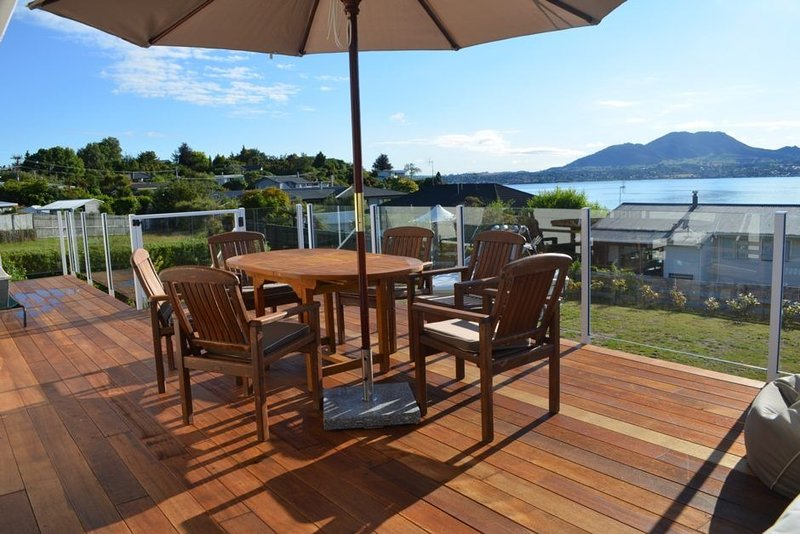 The Bay Views on Isobel - Large, beautifully furnished holiday home with stunnin, holiday rental in Taupo