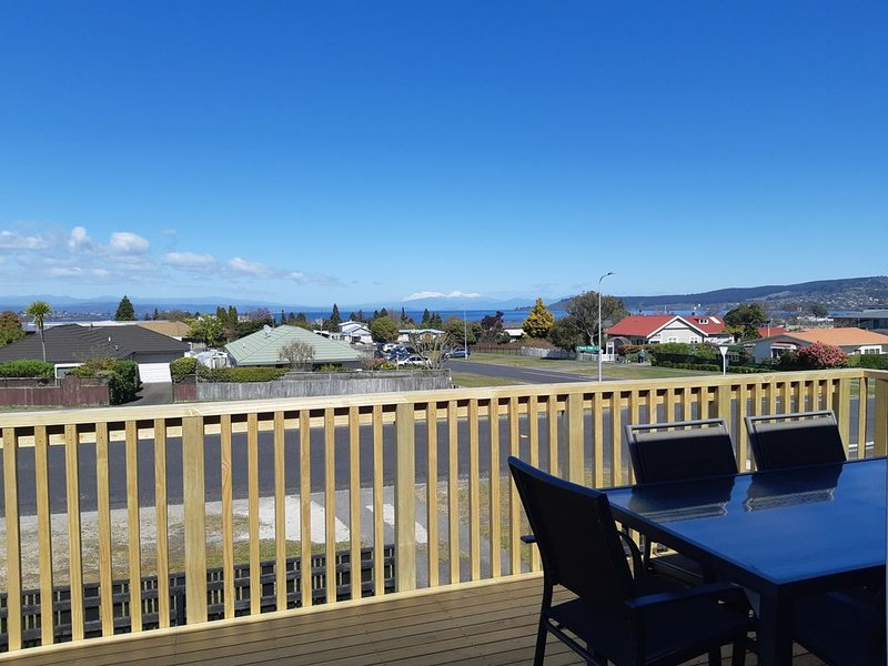 Paora Hapi Street Cutie- Close to Town with Great Views, Linen and WiFi included, aluguéis de temporada em Taupo District