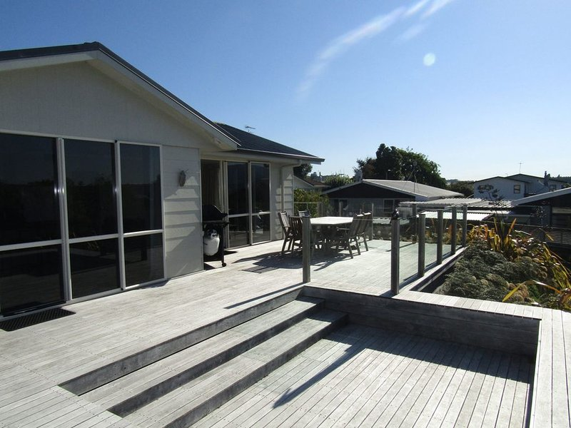 Shera Street - Cosy Taupo home, large deck includes WIFI, casa vacanza a Taupo