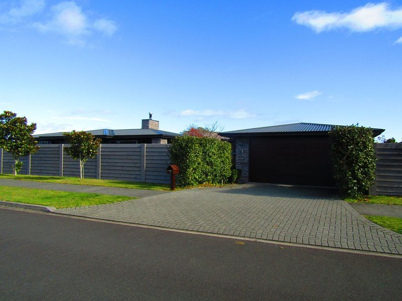 Pukenamu Pleaser - Reserve front holiday home, Close to the Boat Ramp includes W, holiday rental in Taupo