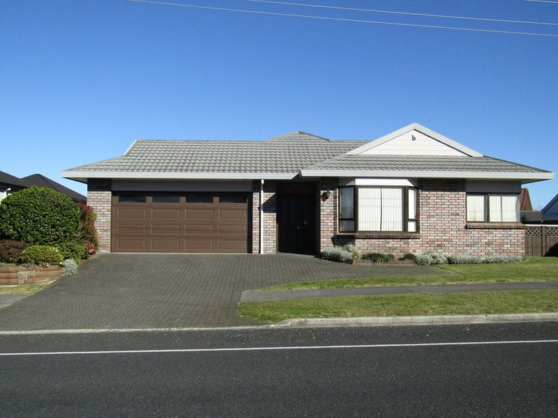 The Cottage Mere Road - Very close to town and the lake! Linen & WiFi included, holiday rental in Taupo