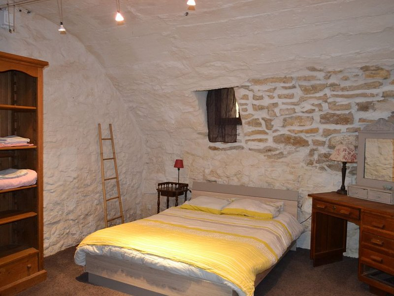 Rez-de-chaussée entier maison du XIVème siècle au coeur d'un village provençal, location de vacances à Uchaux