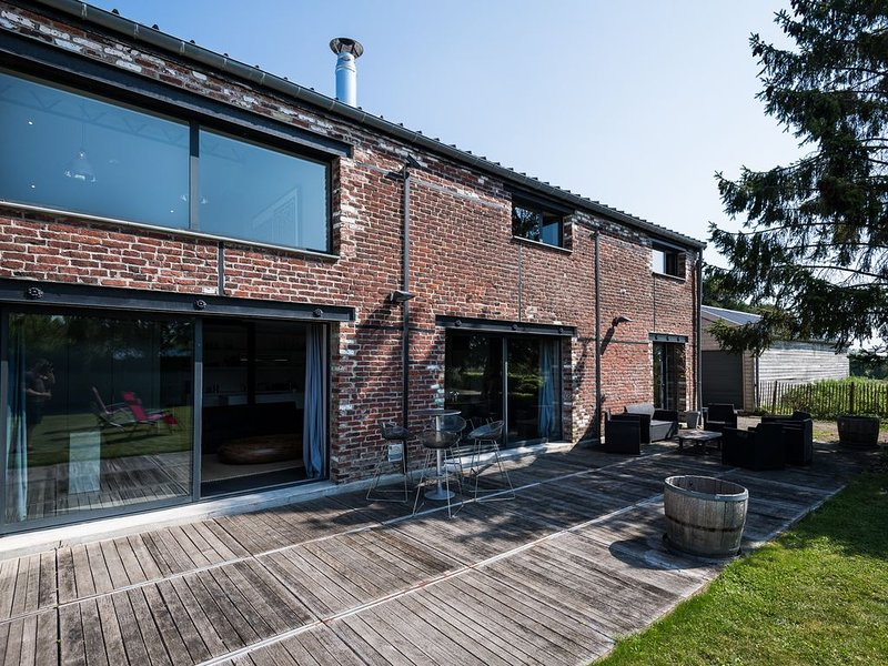 The Gallery, fabuleux loft 250m2 avec Jardin, holiday rental in Wambrechies